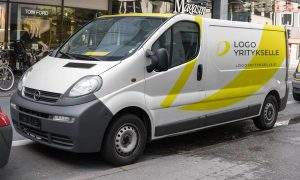 logo yritykselle logo pakettiauton teippauksena, kuvasta näkee että logo yritykselle logot on suunniteltu myös auton teippauksiin.